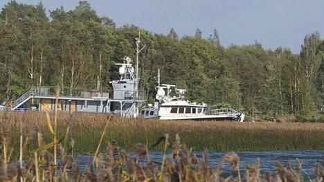 Airiston Helmi Oy:n kiinteistön alueella veneitä rannassa lauantaina 22. syyskuuta.
