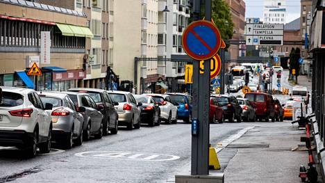 Demos Helsingin mukaan tarvitaan monenlaisia muutoksia, jotta yksityisautoilua voidaan kaupunkialueilla vähentää. Kuva Tampereelta.