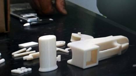 Ylen Ajankohtainen Kakkonen valmisti  3D-tulostimella käsiaseen vuonna 2013. Pistoolilla pystyttiin ampumaan yksi laukaus, mutta ammuttaessa ase hajosi käyttökelvottomaksi. Kuva on Ajankohtaisen Kakkosen lähetyksestä toukokuulta 2013.