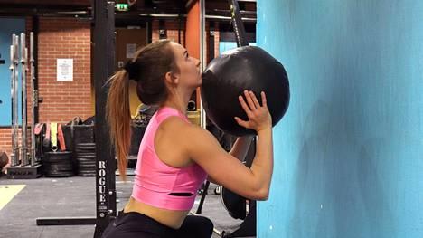 Naisten pelko vahingossa liian suuriksi kasvavista lihaksista on useimmiten turha. Lihakset tuovat kroppaan ennemmin muotoa.