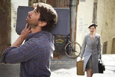 Dawsey (Michiel Huisman) valloittaa varatun kirjailijan Julietin (Lily James) sydämen.