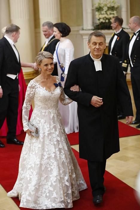 Poliitikko Päivi Räsäsen puku muistutti muotiasiantuntijoiden mukaan kaunista kesämorsianta.