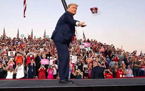 Presidentti Donald Trumpin syytetään antautuneen koronan vastaisessa taistelussa. Trump heitti maskeja kannattajilleen vaalitilaisuudessa Orlandon Sanfordin lentokentällä toissa viikolla.