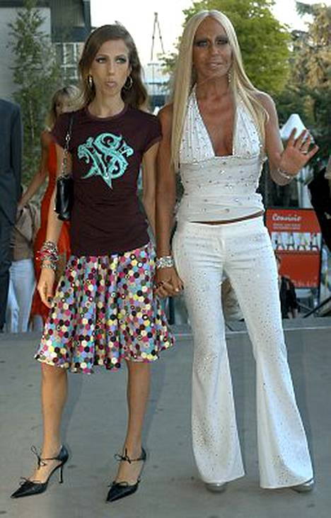Donatella Versacen (oik.) tytär Allegra (vas.) kärsii anoreksiasta.
