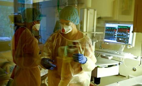 Berliinissä sijaitsevan Havelhoehen sairaalan teho-osaston hoitajia työssään.