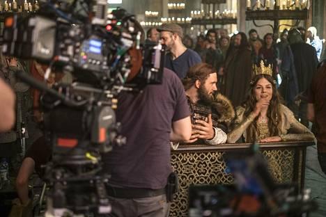 Vikings-sarja työllistää jatkuvasti noin 700 ihmistä. Monet teknisen työryhmän jäsenistä palkataan suoraan elokuvakoulusta.