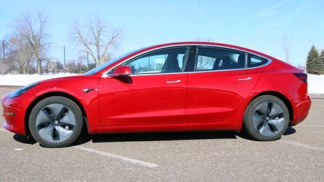 """Amerikkalainen kuluttajalehti morkkasi Teslan uutta """"kansanautoa"""" – jarrutuskin meni pitkäksi"""
