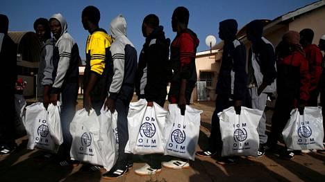 Libyasta vapaaehtoisesti kotiin palanneet siirtolaiset jonottivat rekisteröitäviksi Banjulin lentokentällä Gambiassa viime viikon tiistaina.