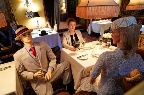 """Kolmen Michelin-tähden The Inn at Little Washington -ravintola on keksinyt omaperäisen idean. Osaan pöydistä on istutettu mallinukkeja, jotta asiakkaat """"eivät tuntuisi oloaan eristetyksi""""."""