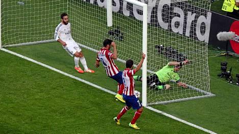 Atletico Madrid siirtyi johtoon Diego Godinin (ei kuvassa) puskumaalilla.