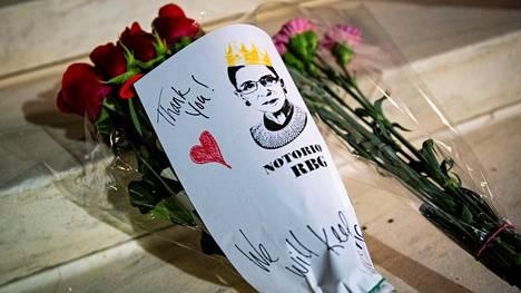 Korkeimman oikeuden portaille jätettiin kukkakimppu Ruth Bader Ginsburgin muistoksi.