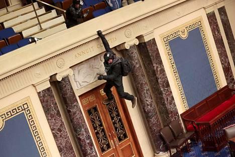 Mielenosoittaja roikkui parvekkeelta.