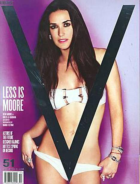 Demi Moore poseeraa vähissä vaatteissa V Magazinen kannessa.