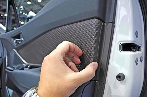 Perusmateriaaleistakin pyritään valmistamaan yhä kiinnostavampia ja erottuvampia, sillä laadukkaat sisustusmateriaalit luovat autoon arvokasta elämyksellisyyttä. Se on autonostajille selkeä lisäarvo, josta ollaan valmiita maksamaan.