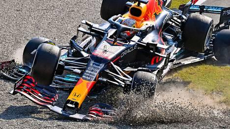 Max Verstappen ja Lewis Hamilton kolari puhuttaa yhä.