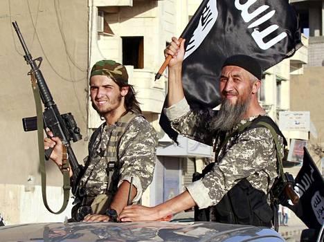 ISIS-taistelijoita paraatissa Raqqan kaupungissa kesällä 2014.