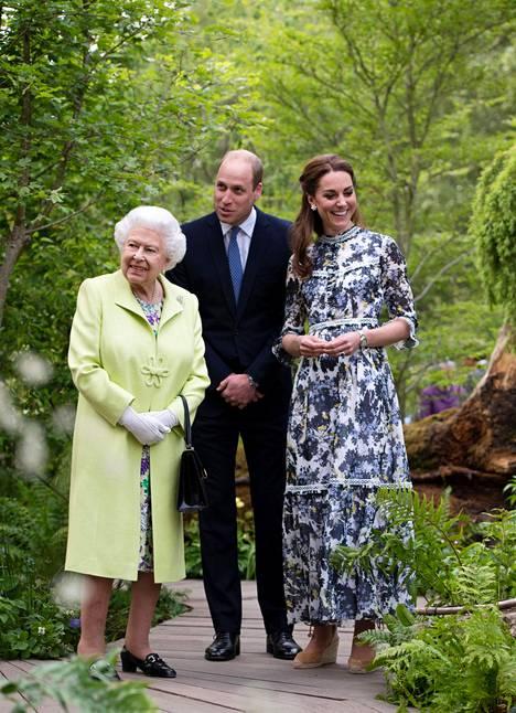 Kuningatar Elisabet tutustui puutarhanäyttelyyn.
