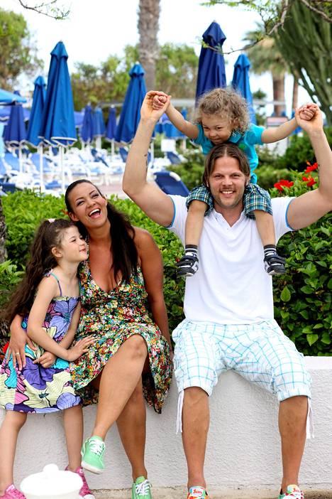 Lolalla ja Jarkko Wallinkoskella on kaksi lasta, 2004 syntynyt Denise ja 2006 syntynyt Sylvester.
