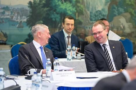 Yhdysvaltain puolustusministeri James Mattis tapasi puolustusministeri Jussi Niinistön (sin).