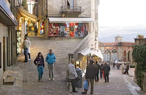 Kauppakujat ovat kapeita ja jyrkkiä, kuten Contrada Santa Croce.