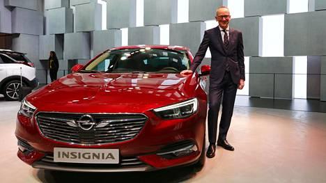 Opelin pääjohtaja Karl-Thomas Neumann poseerasi uuden Insignian kanssa.