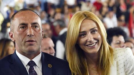 Ramush Haradinaj (vas.) ja hänen vaimonsa Anita vaalitilaisuudessa Pristinassa kesäkuussa.