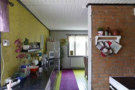 Katri Hakola haluaa elää värikkäässä maailmassa. Sen aistii myös talon sisätiloista.