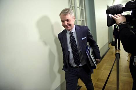 Ulkoministeri Pekka Haavisto (vihr) menossa eduskunnan perustuslakivaliokunnan kuultavaksi.