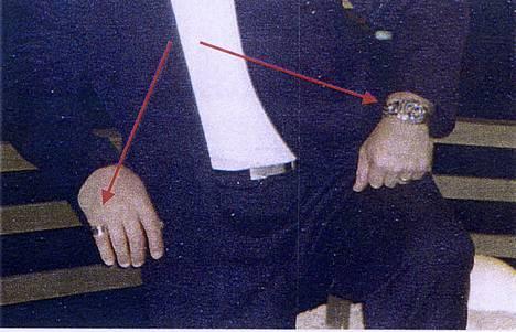 Raimo Andersson, nuolilla osoitettu sormus ja Breitling rannekello.