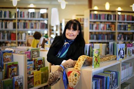 Amberla työpaikallaan Uudenkaupungin kirjastossa vuonna 2014.