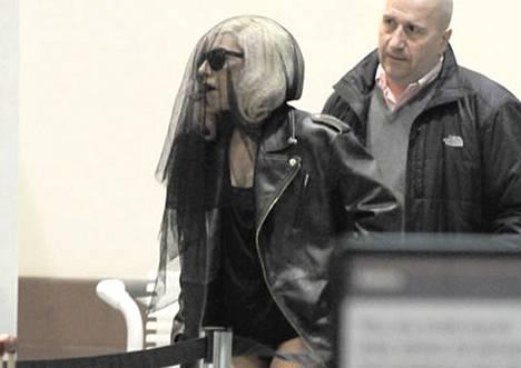 Lady GaGa verhoutuneena Los Angelesin lentokentällä.