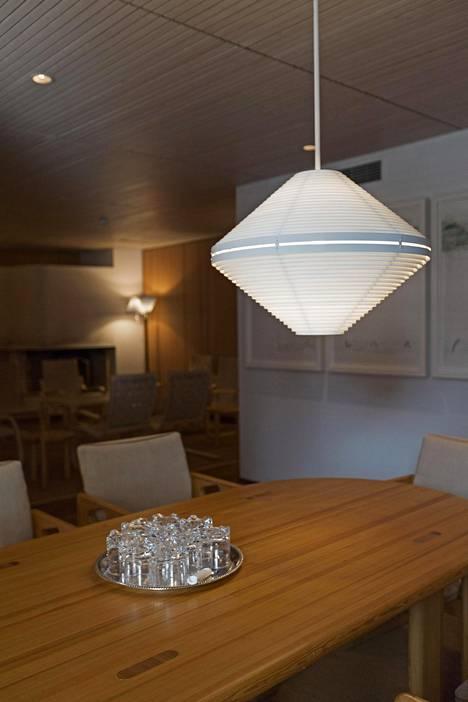 Alvar Aallon suunnittelemia valaisimia löytyy monista huoneista.