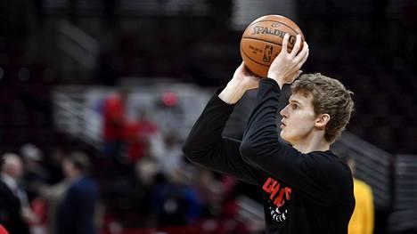 Lauri Markkanen verryttelee ennen NBA:n koripallo-ottelua Chicago Bulls - Utah Jazz United Centerissä Chicagossa 13. joulukuuta 2017.