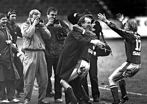 Helsingin Olympiastadionilla nähtiin Jänkäderby vuonna 1986. RoPS löi KePSin Suomen cupin finaalissa 2–0. Kuvassa Jarmo Ilola halaa päävalmentaja Brian Doylea. Ari Jalasvaara levittelee oikealla käsiään.