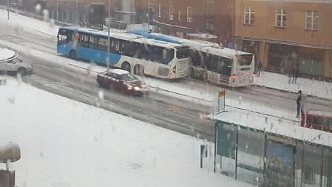 Kaksi linja-autoa osui toisiinsa Helsingin Malmilla.