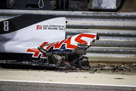 Grosjeanin auton peräpää jäi pahaenteisen näköisesti radan puolelle.