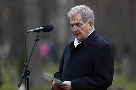 """Tasavallan presidentti Sauli Niinistö piti puheen haudan äärellä: """"Me kiitämme, me kunnioitamme ja me muistamme."""""""
