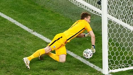 Avausmaalissa Lukas Hradecky ei aivan onnistunut pitämään palloa maaliviivan toisella puolella.
