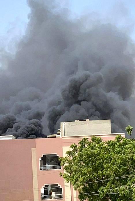 Musta savu nousi koneen putoamispaikalta.