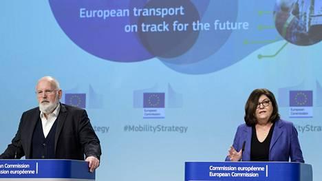 Tavoitteiden toteuttamiseksi EU-komission strategiassa on yksilöity kymmenellä keskeisellä toiminta-alalla yhteensä 82 ns. lippulaivahanketta, joista kukin sisältää useita konkreettisia toimenpiteitä. Kuvassa Timmermans vasemmalla ja EU:n romanialainen liikennekomissaari Adina Valean oikealla.