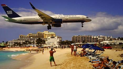Lentokoneiden laskeutumiset ja nousut ovat suosittu ohjelmanumero Sint Maartenissa sijaitsevalla Maho Beachilla.