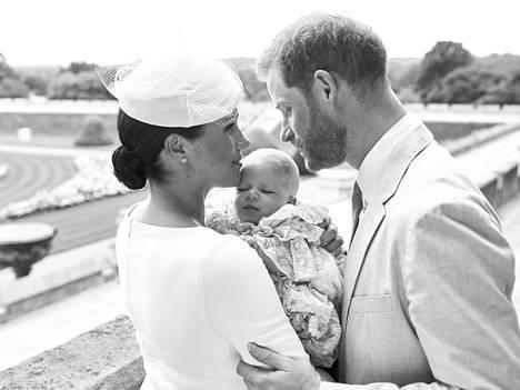 Archien virallinen ristiäiskuva julkaistiin kesäkuussa 2019, kun hänet kastettiin yksityisessä seremoniassa Windsorin linnan kappelissa Archie Harrisoniksi.