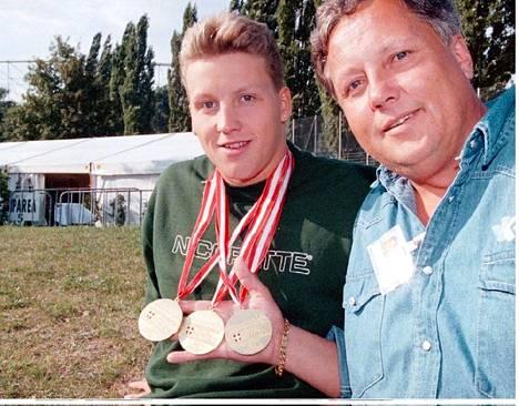 Jani Sievinen oli kesällä 1995 uinut Wienissä kolme pitkän radan EM-kisoissa Wienissä. Hän halusi huipentaa vuoden Rion lyhyen radan MM-kisoissa, mutta isä oli toista mieltä.