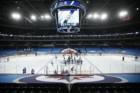 Tällaiselta näytti Winnipegin kotiareena pari päivää ennen kauden alkua. Katsomoiden alaosat on verhoiltu paremmin tv-kuviin sopiviksi kuten syksyn pudotuspeleissä.