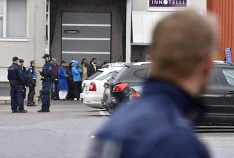 Joukkotappelu tapahtui Kontulassa rukoushuoneen pihalla. Kuvissa esiintyvät henkilöt eivät välttämättä ole olleet osallisina tappelussa, vaan olivat paikalla kun poliisi oli tekemässä lähtöä paikalta.