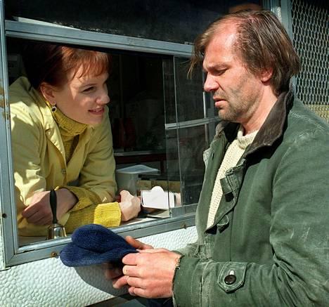 Kai Lehtisen näyttelemä lakoninen Raid ampaisi aikoinaan heti suomalaisten suosioon. Raidin suuri rakkaus on nakkikioskinmyyjä Tarja (Mari Rantasila).