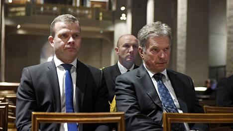 Presidentti Niinistö ja valtiovarainministeri Petteri Orpo (vas) osallistuivat Turun puukotusten uhrien rukoushetkeen Turun Tuomiokirkossa.