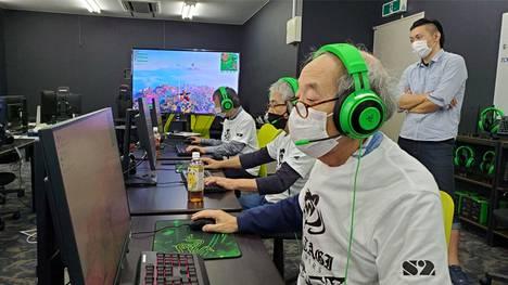 Matagi Snipers -pelaajia harjoittelemassa pelitilassaan. Seniorit ovat pelanneet erilaisia ammuntapelejä, kuten Fortnitea.