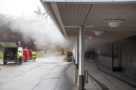 Finlandia-talosta nousi vesihöyryä, kun kuumaa vettä virtasi rikkoutuneesta kaukolämpöputkesta.