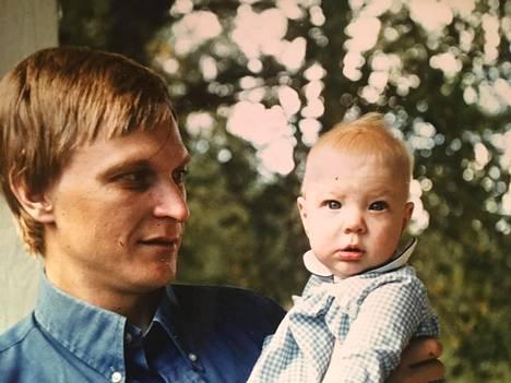 Laura Huhtasaari vauvana isänsä sylissä. Tytär ja isä puhuvat nykyisin viikoittain maailmapolitiikasta puhelimessa.